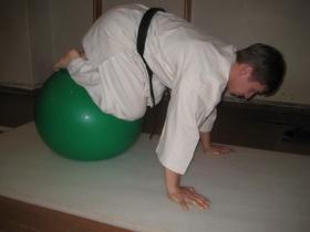 Упражнения с мячом Фото 12 а