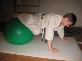 Упражнения с мячом Фото 12 б