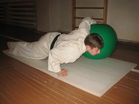 Упражнения с мячом 3